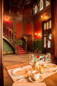 A restaurant or other place to eat at Pension VILLA KLEINE WARTBURG
