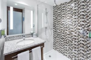 A bathroom at Hampton By Hilton Gdansk Oliwa