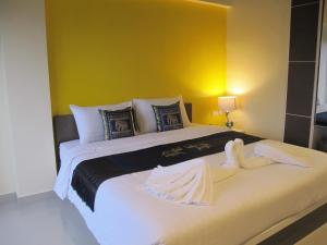 A bed or beds in a room at Suvarnabhumi Oriental Resort