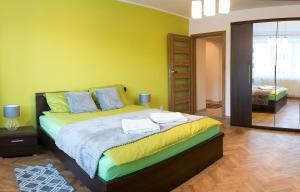 Łóżko lub łóżka w pokoju w obiekcie Go2Krynica - AS