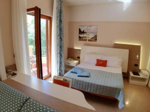 A bed or beds in a room at Hotel Residence Piccolo