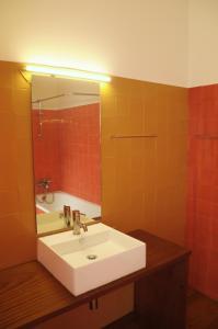 Ein Badezimmer in der Unterkunft 9:36 Porto - Bed and Breakfast