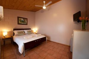A bed or beds in a room at Dougies Backpackers Resort