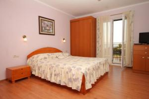 A bed or beds in a room at Apartments with a parking space Mlini, Dubrovnik - 8569