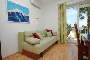 A seating area at Apartments and rooms with parking space Mlini, Dubrovnik - 8994