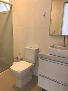 Um banheiro em Apto Praia Ingleses 3q 2g
