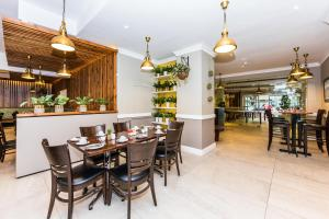 A restaurant or other place to eat at The New Tulbagh Hotel