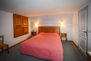 A bed or beds in a room at Manoir De L'Acherie
