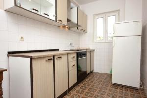 A kitchen or kitchenette at Apartments with a parking space Srebreno, Dubrovnik - 8828