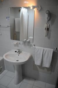 Uma casa de banho em Best Western Hotel Dom Bernardo