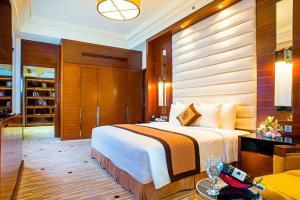 Giường trong phòng chung tại Royal Halong Hotel