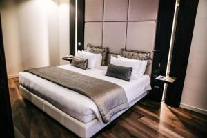 A bed or beds in a room at The Square Milano Duomo