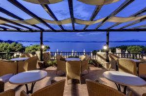 A restaurant or other place to eat at Grand Hotel Smeraldo Beach