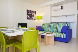 A seating area at Pierre & Vacances Sevilla