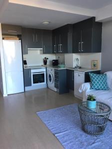 A kitchen or kitchenette at Beach flat with garden
