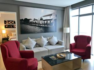 A seating area at The Straits Hotel & Suites