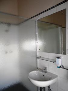 A bathroom at Princes Lodge Motel