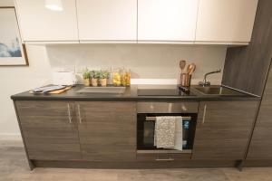 A kitchen or kitchenette at Caro Short Stay - Parker Street