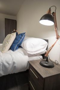 A bed or beds in a room at Caro Short Stay - Parker Street