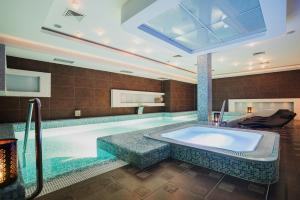 Bazén v ubytování Wellness & spa hotel Augustiniánský dům nebo v jeho okolí