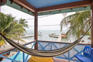 Балкон или терраса в Sandbar Beachfront Hostel & Restaurant