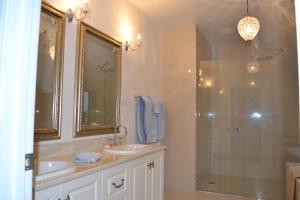 A bathroom at Sapphire Shores Luxury Retreat