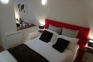 A bed or beds in a room at Appartement Larzilliere