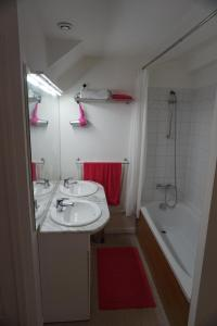 A bathroom at Appartement Larzilliere