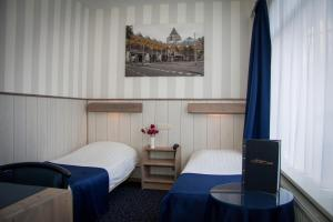 A bed or beds in a room at Hotel Breitner