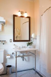 A bathroom at New Sheridan Hotel