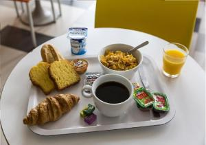 Breakfast options available to guests at Premiere Classe Avignon Courtine Gare TGV