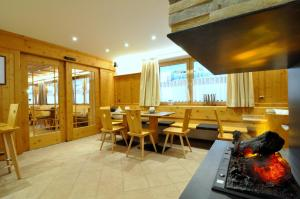A restaurant or other place to eat at Hotel Traube - Stelvio