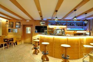 The lounge or bar area at Hotel Traube - Stelvio