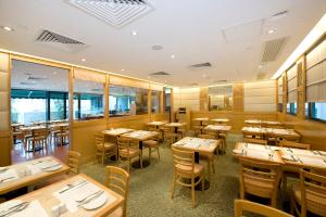 A restaurant or other place to eat at Bishop Lei International House