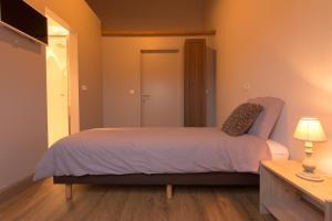 Een bed of bedden in een kamer bij Oud Gemeentehuis
