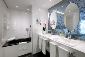 A bathroom at Eurostars Book Hotel