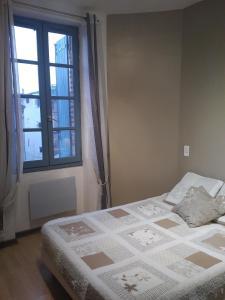 A bed or beds in a room at Les Berges de la Cathédrale