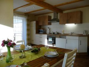 A kitchen or kitchenette at Pension & Ferienwohnung Brückner