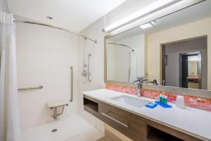 ホリデイ イン エクスプレス&スイーツ ナッソーにあるバスルーム