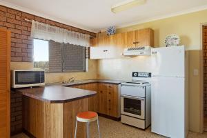 A kitchen or kitchenette at Grandview Apartment - Ocean Views