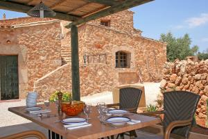 A restaurant or other place to eat at Finca Son Guardiola