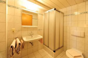 A bathroom at Haus Enzian