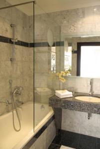 A bathroom at Hotel Atlas München