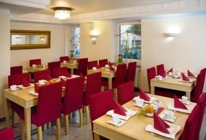 A restaurant or other place to eat at Hotel Atlas München