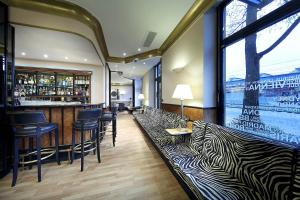 The lounge or bar area at Hotel Regent
