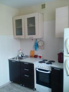 Кухня или мини-кухня в Apartment on Strel'nikova