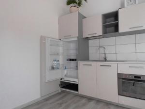 A kitchen or kitchenette at Hotel Wintergarten