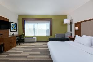 A bed or beds in a room at Holiday Inn Express Queensbury-Lake George Area, an IHG Hotel