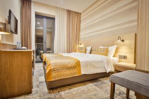 سرير أو أسرّة في غرفة في أميري بلازا تبليسي