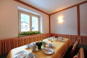 A restaurant or other place to eat at Haus Enzian